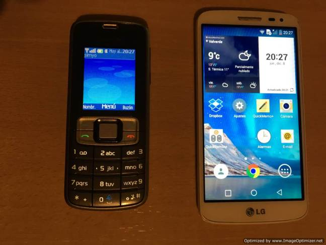 Teléfono móvil Nokia obsoleto y smartphone LG